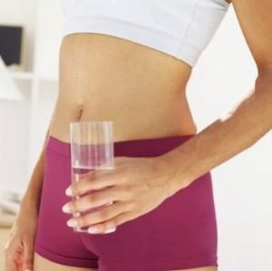 Acqua e addominali quanto bere per un ventre piatto